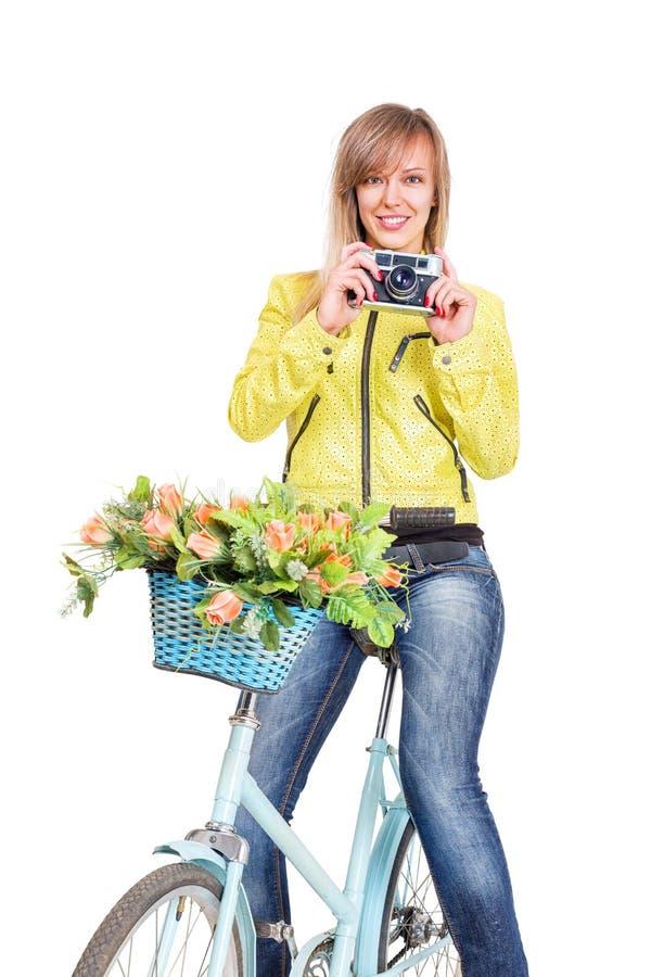 Kvinna på cykeln med tappningfilmkameran arkivfoton