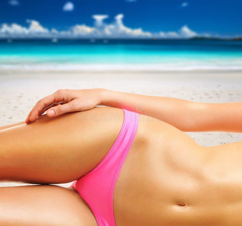 Kvinna på den härliga stranden på Seychellerna royaltyfri foto
