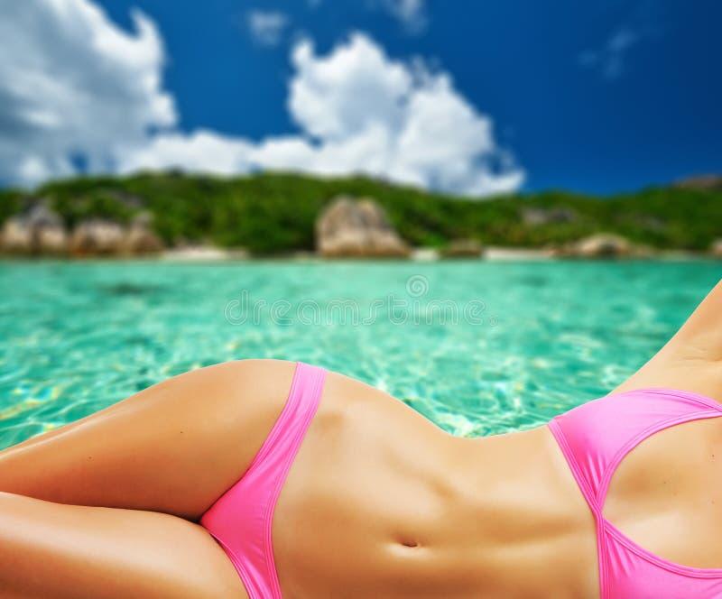Kvinna på den härliga stranden på Seychellerna royaltyfria foton