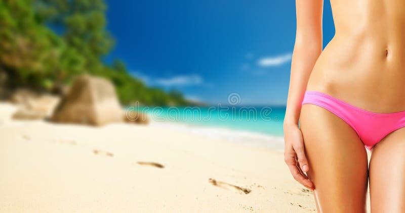 Kvinna på den härliga stranden på Seychellerna royaltyfria bilder