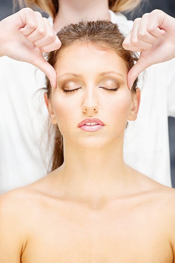 Kvinna på den head massagen royaltyfri fotografi