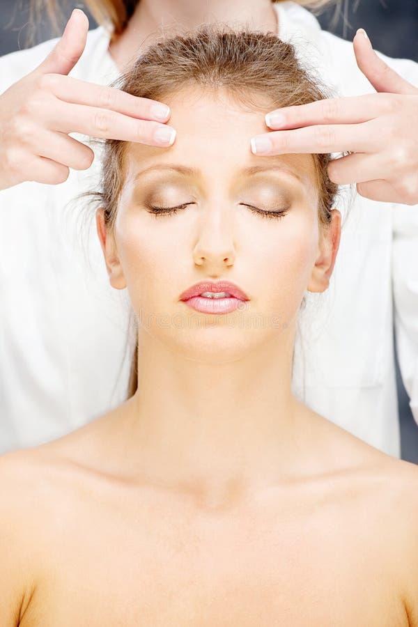 Kvinna på den head massagen royaltyfria bilder
