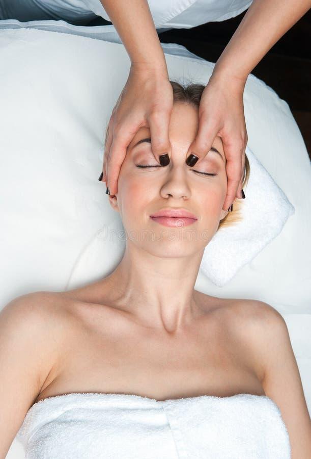 Kvinna på den head massagen i wellness royaltyfria foton