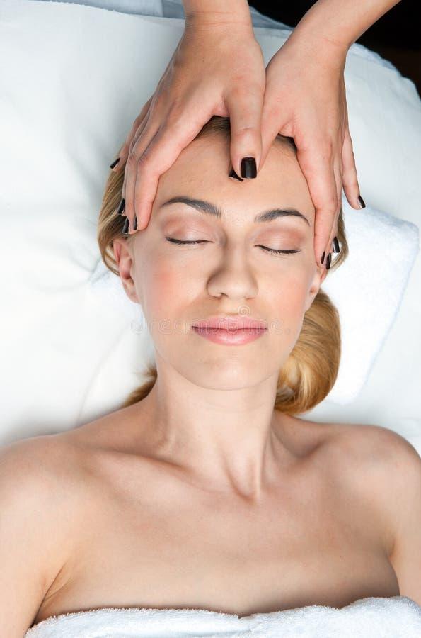 Kvinna på den head massagen i wellness royaltyfri foto
