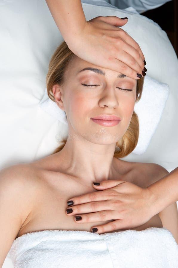 Kvinna på den head massagen i wellness fotografering för bildbyråer