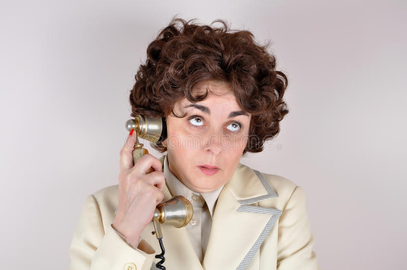 Kvinna på den retro telefonen arkivfoto