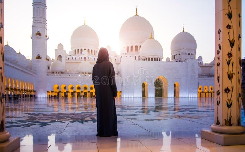 Kvinna på den storslagna moskén i Abu Dhabi royaltyfria bilder