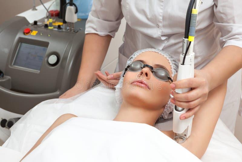Kvinna på den sunda brunnsortsalongen arkivfoton
