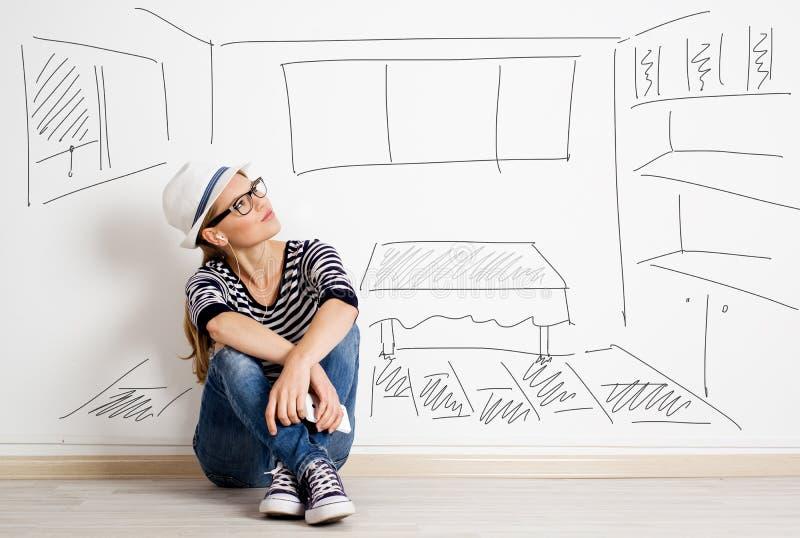 Kvinna på den tomma väggen fotografering för bildbyråer