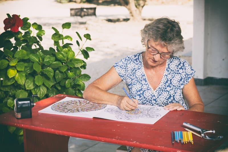 Kvinna på det röda skrivbordet fotografering för bildbyråer