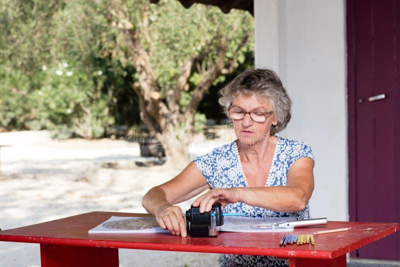 Kvinna på det röda skrivbordet royaltyfri fotografi