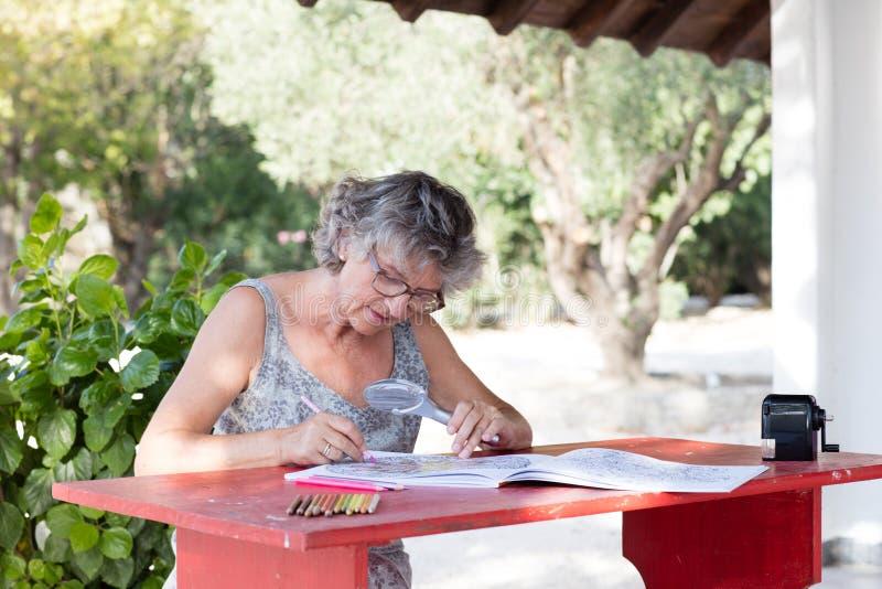 Kvinna på det röda skrivbordet royaltyfri bild