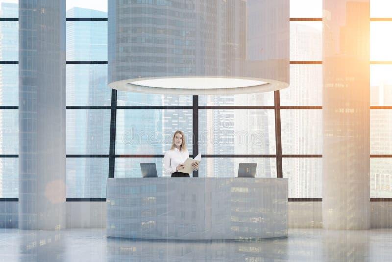 Kvinna på det runda mottagandeskrivbordet som tonas royaltyfri bild