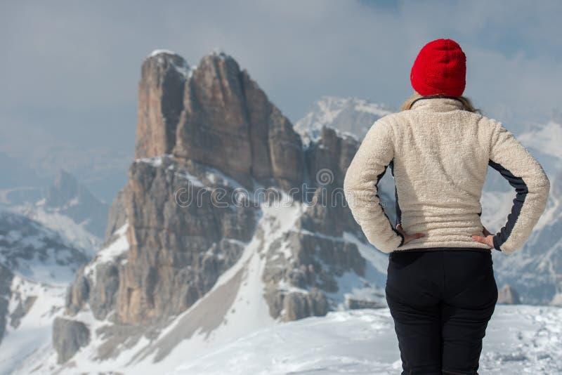 Kvinna på dolomites i vinter arkivfoto