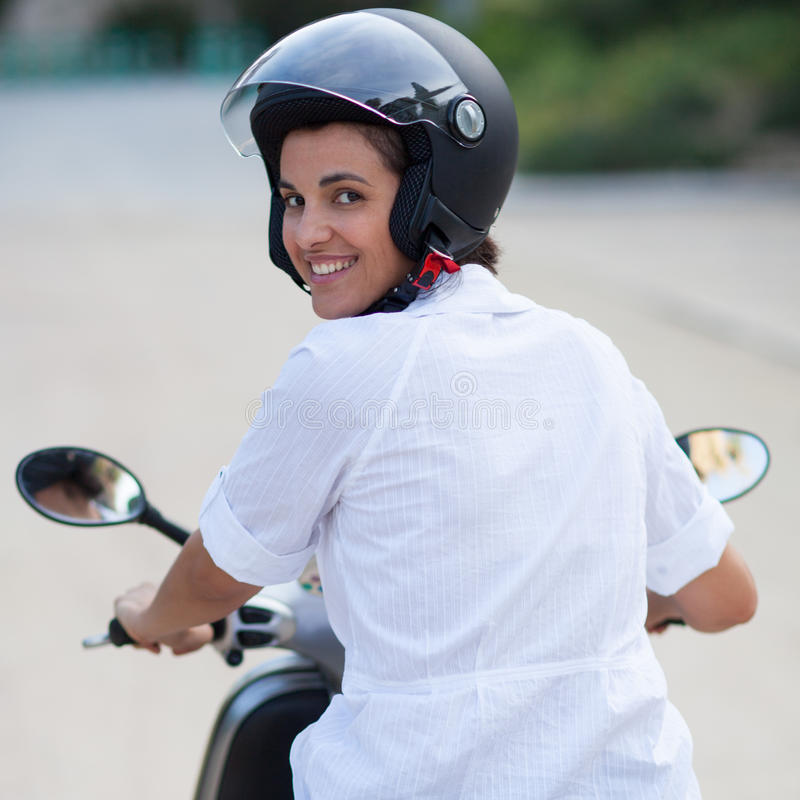 Kvinna på en cykel royaltyfri foto