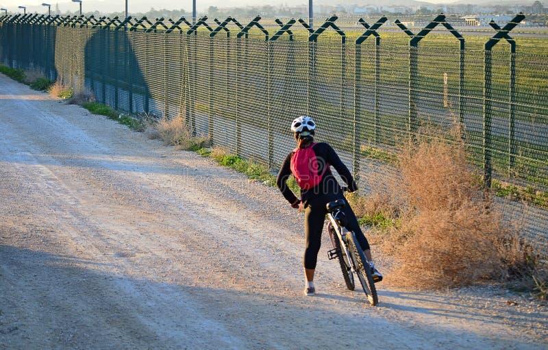 Kvinna på en cykel arkivbild