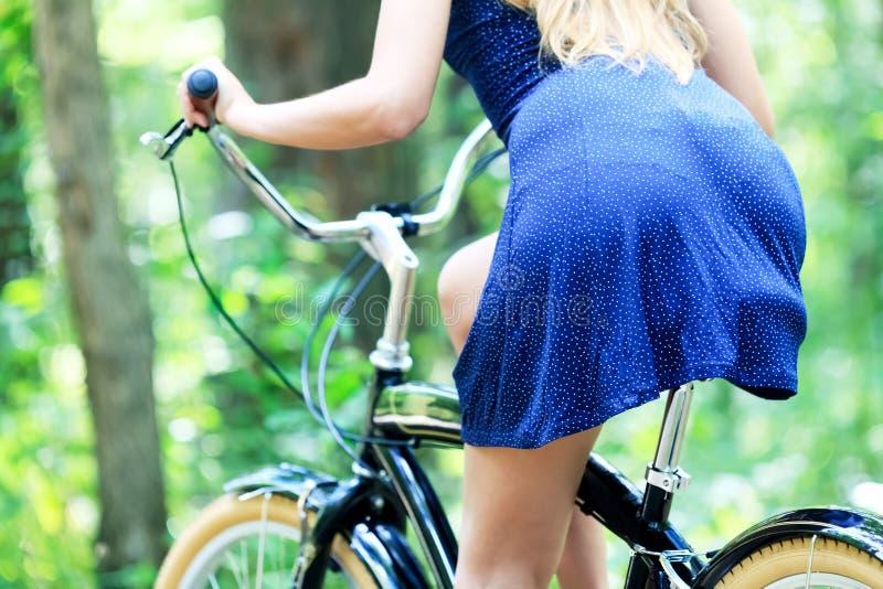 Kvinna på en cykel royaltyfri bild