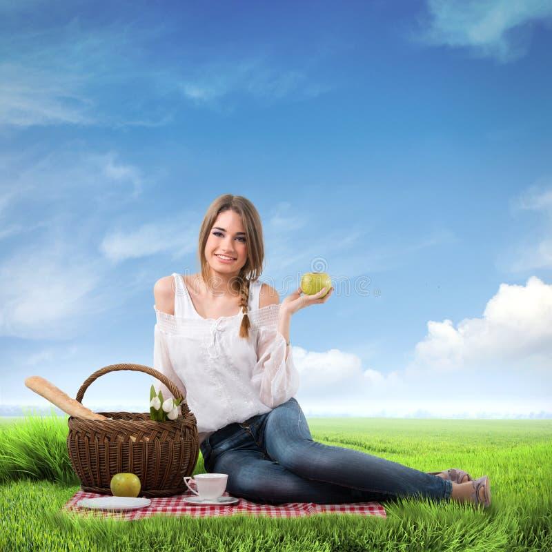Kvinna på en picknick arkivfoton