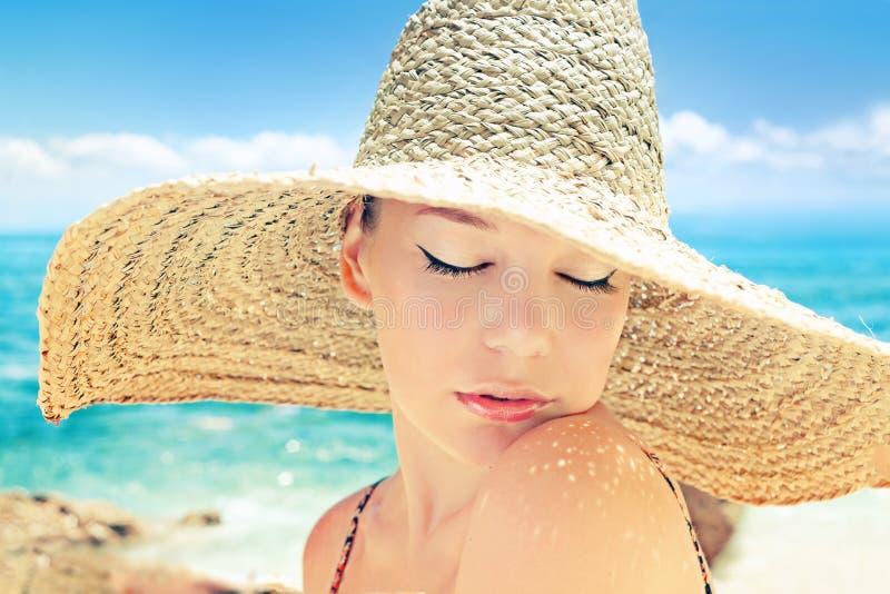 Kvinna på en strand royaltyfria foton