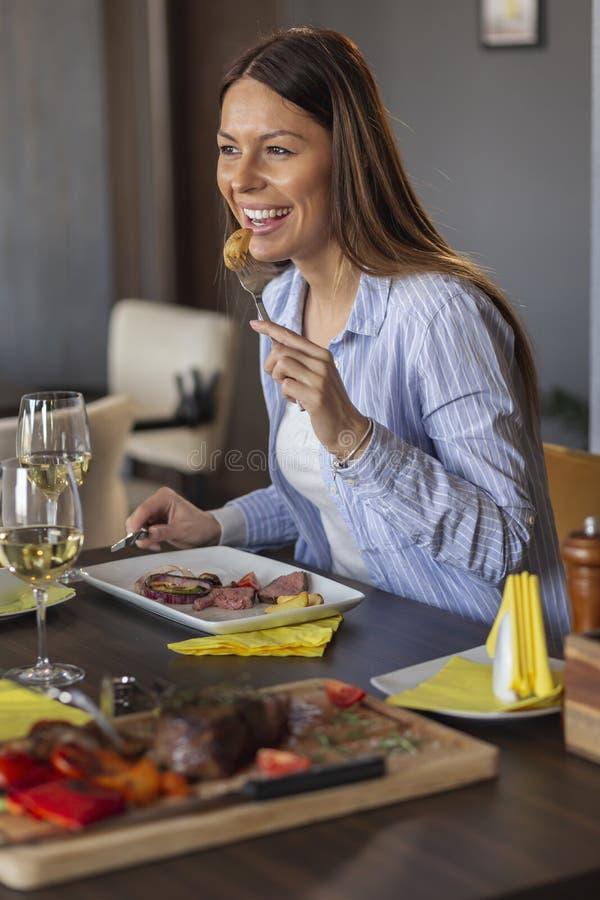 Kvinna på ett datum på en restaurang royaltyfri fotografi