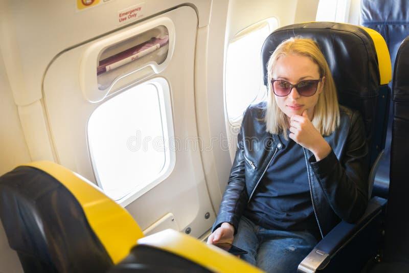 Kvinna på flygplanet under kommersiellt flyg royaltyfri fotografi