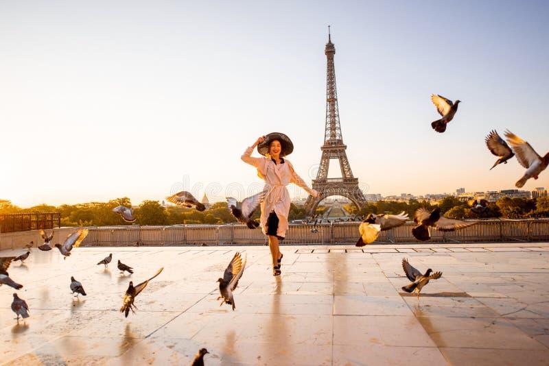 Kvinna på fyrkanten med härlig sikt på Eiffeltorn i Paris arkivfoton