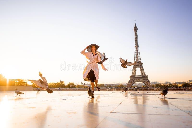 Kvinna på fyrkanten med härlig sikt på Eiffeltorn i Paris royaltyfria foton