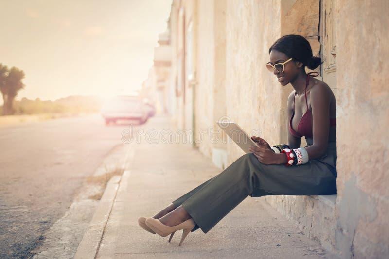 Kvinna på gatan arkivfoton