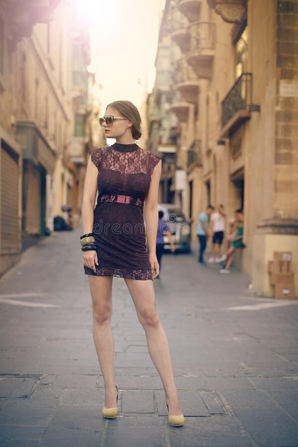 Kvinna på gatan royaltyfria bilder