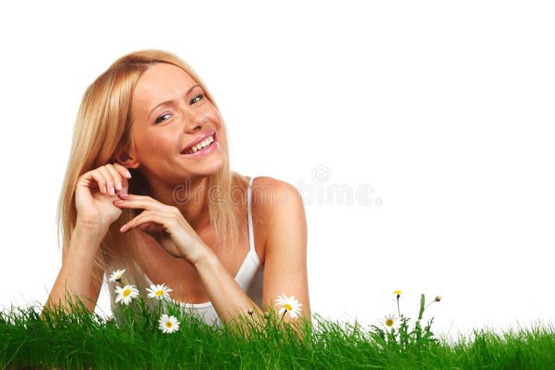 Kvinna på gräs med blommor fotografering för bildbyråer