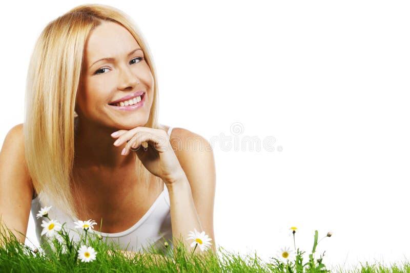 Kvinna på gräs med blommor royaltyfri bild