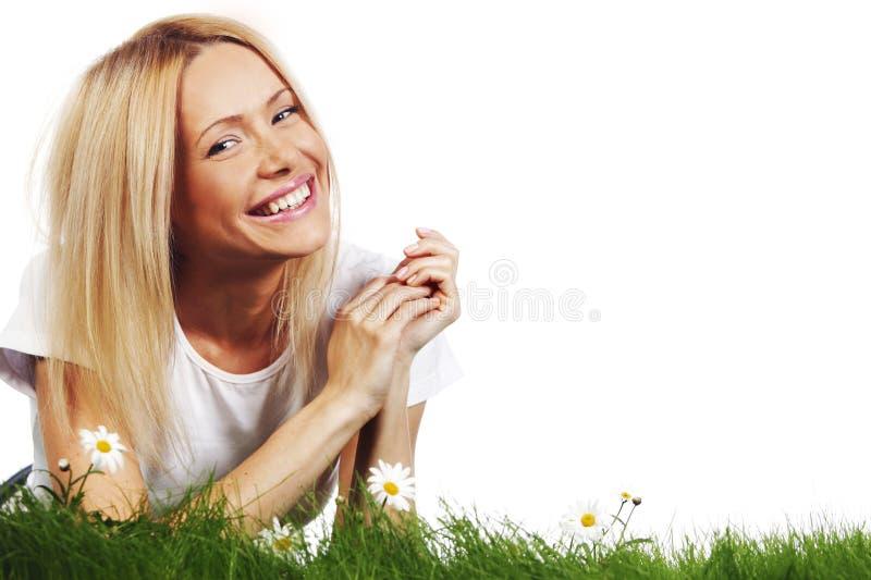 Kvinna på gräs med blommor royaltyfri fotografi