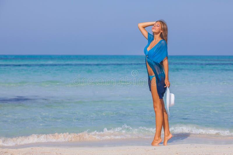 Kvinna på härlig strandsommarferie som är slank och royaltyfri bild