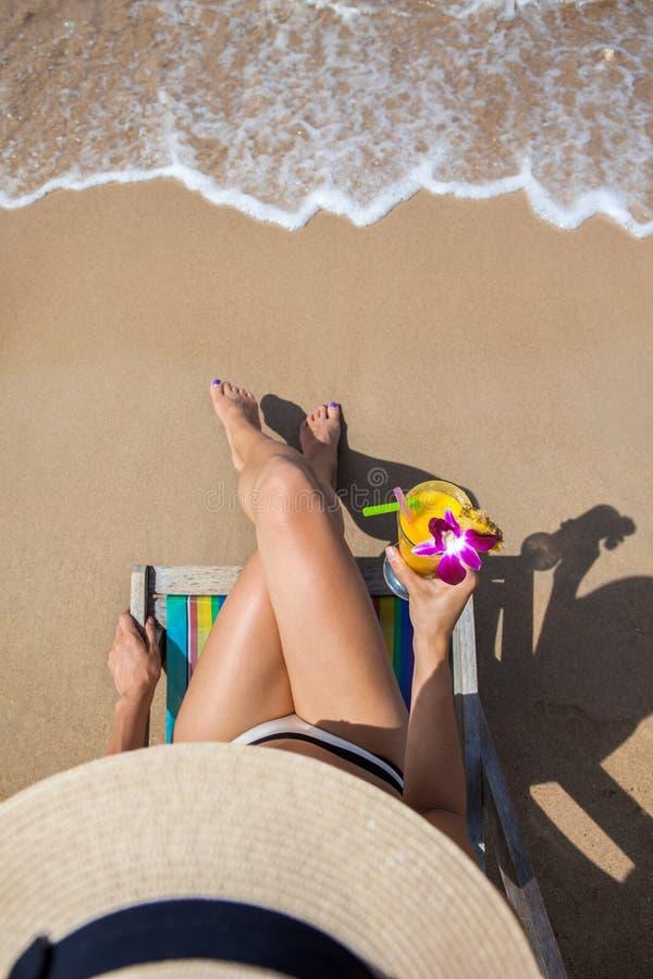 Kvinna på härligt strandsammanträde på chaise-vardagsrum royaltyfria bilder