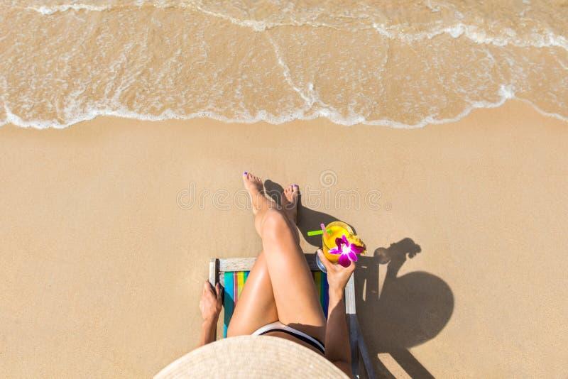 Kvinna på härligt strandsammanträde på chaise-vardagsrum arkivfoto