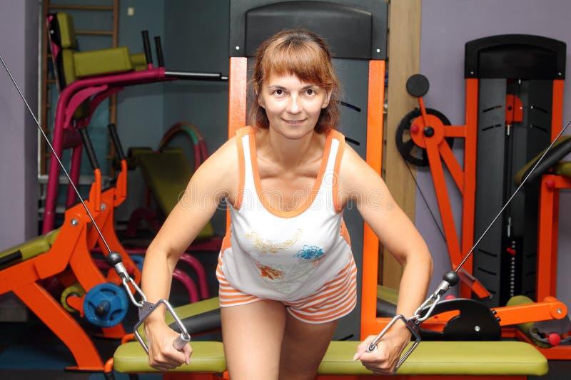 Kvinna på idrottshallen royaltyfria foton