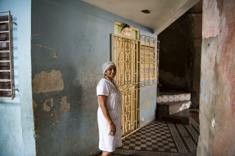 Kvinna på ingången av huset, Santiago de Cuba royaltyfri foto