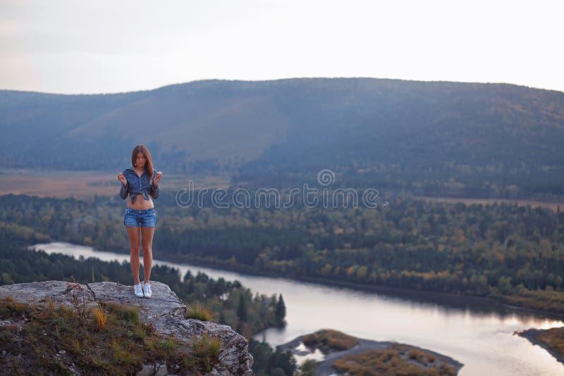 Kvinna på klippan fotografering för bildbyråer