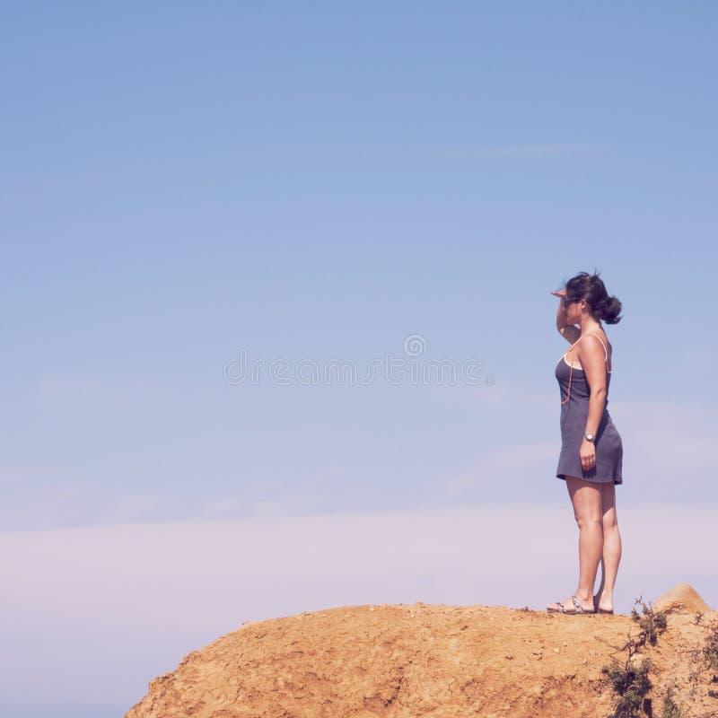 Kvinna på klippan royaltyfri foto