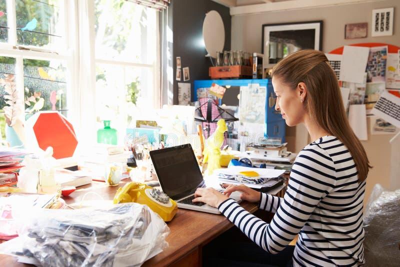 Kvinna på kontor för affär för bärbar dator rinnande hemifrån arkivbilder