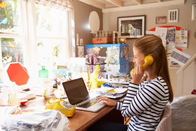 Kvinna på kontor för affär för bärbar dator rinnande hemifrån royaltyfri fotografi