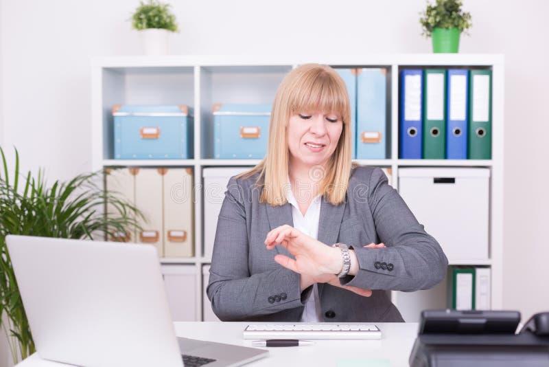 Kvinna på kontoret som har tidtryck äganderätt för home tangent för affärsidé som guld- ner skyen till arkivfoton