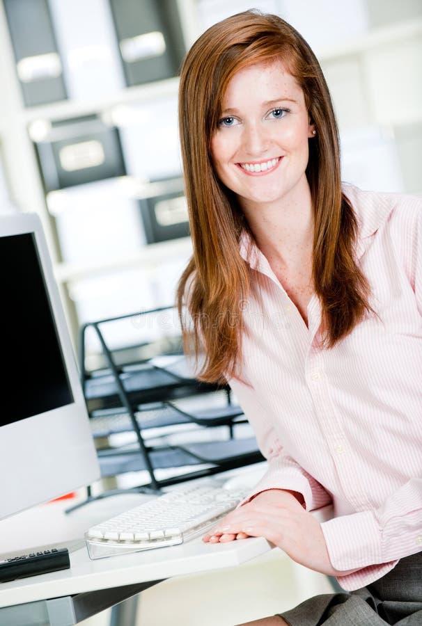 Kvinna på kontorsskrivbordet royaltyfria foton