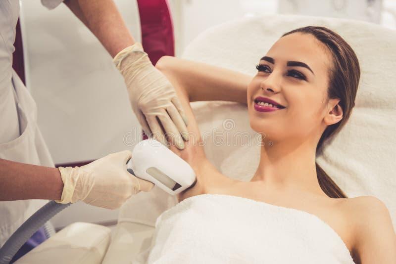 Kvinna på kosmetologen arkivbild