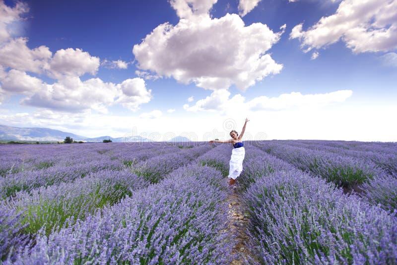 Kvinna på lavendelfält fotografering för bildbyråer