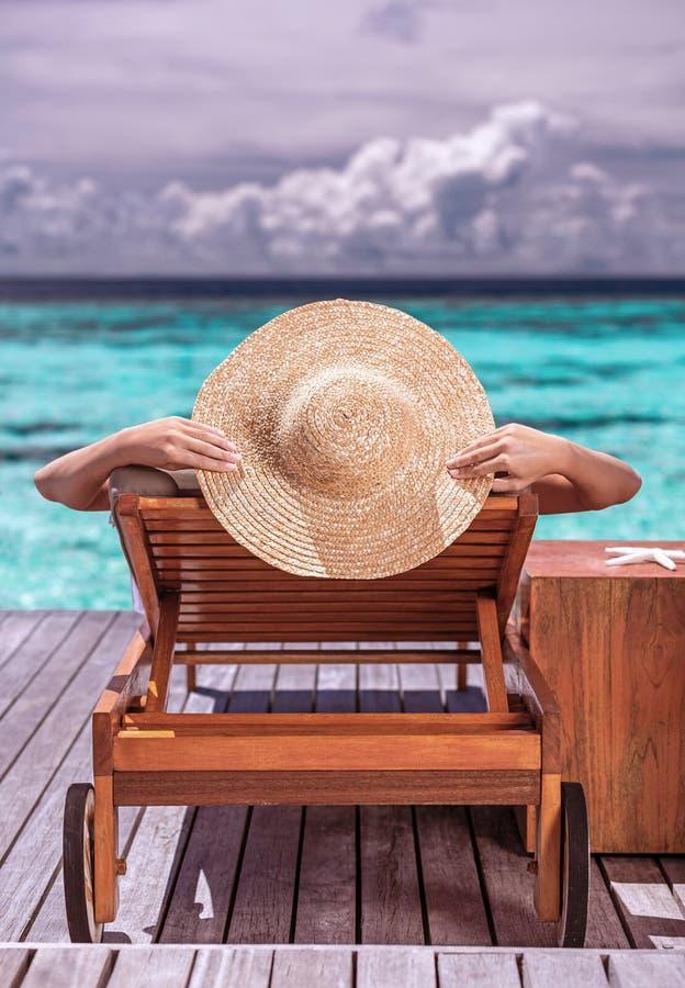 Kvinna på lyxig strandsemesterort royaltyfria foton