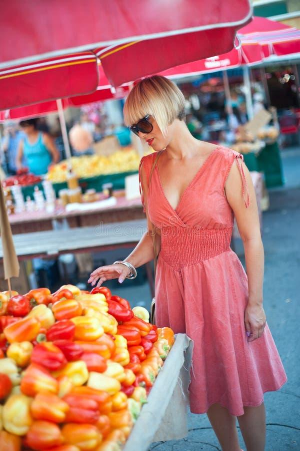 Kvinna på marknadsställe arkivbild