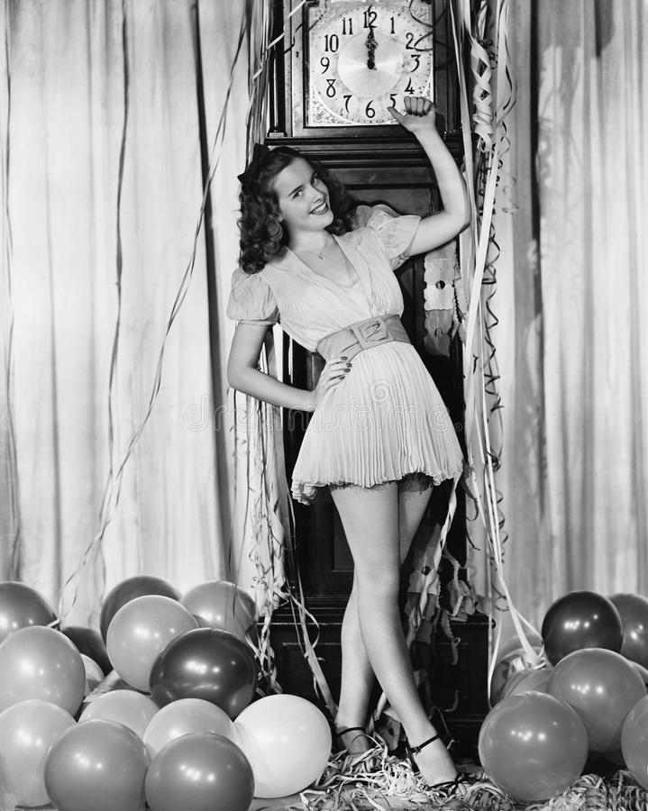 Kvinna på midnatt på helgdagsafton för nya år royaltyfria bilder