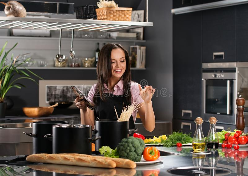 Kvinna på modernt kök royaltyfri bild