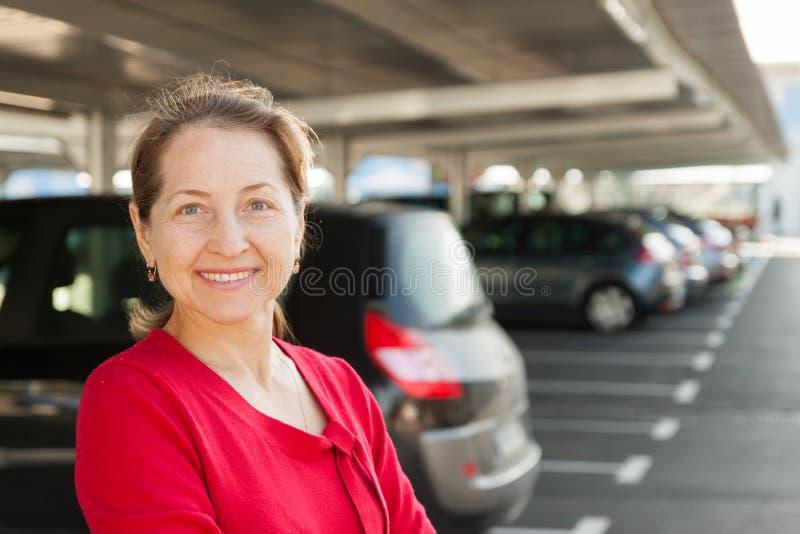 Kvinna på parkering royaltyfria foton
